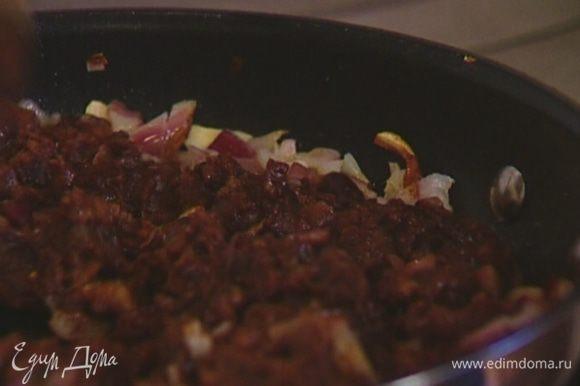 Выложить в сковороду к луку с чесноком пюре из фасоли, перемешать.