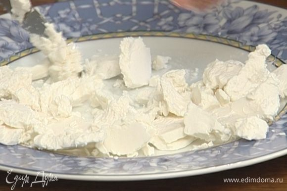 Козий сыр порезать на небольшие кусочки.