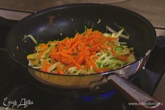 Добавить натертый цукини, посолить, затем выложить морковь и еще раз посолить.