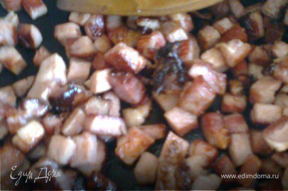 Овощи до полу-готовности отварить.Мясо,лук нарезать кубиками и обжарить.