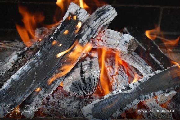 Разжигаем огонь, готовим угли для гриля
