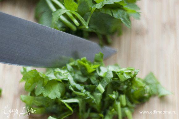 Лук и петрушку мелко порубить, добавить в салат.
