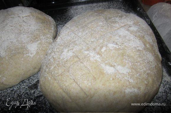 Тесто вымесить, разделить на две части и сформировать хлеб. Сверхе посыпать ржаной мукой и дать постояти 20-30 минут.