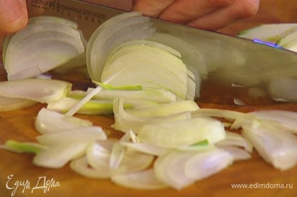 Луковицу почистить и порезать полукольцами.