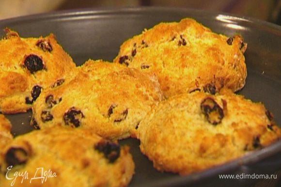 Готовые горячие булочки посыпать корицей и оставшимся сахаром.