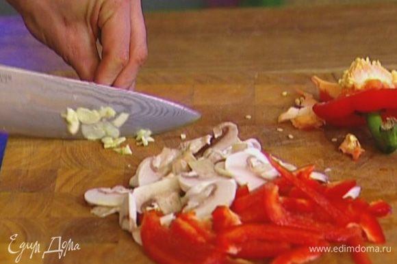 Сладкий перец, удалив семена, нарезать тонкими полосками.