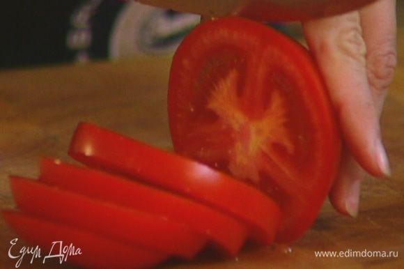 Баклажан и помидор нарезать кружками.