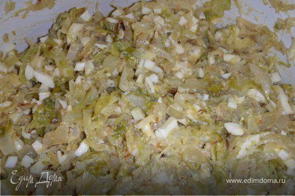 Готовим начинку:Капусту мелко порезать, сложить в кастрюлю налить немного воды и потомить. Потом слить воду и на сковороду. Обжарить на растительном масле и немного добавить сливочного масла в капусту. Обжарить репчатый лук в масле. Яиц побольше, мелко порезать. Можно 10 штук. Начинку поперчить, посолить и дать настояться.