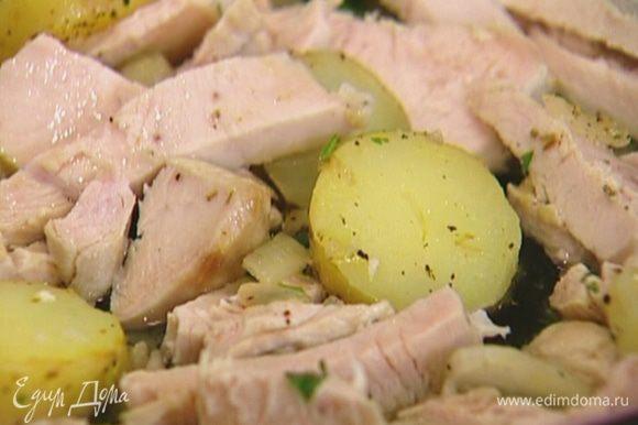 Отваренное филе индейки порезать брусками, выложить к картофелю, влить бульон и отправить сковороду под гриль еще на 2–3 минуты.