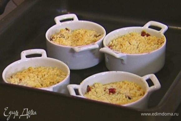 Небольшие формочки (или одну большую форму для выпечки) смазать растительным маслом, уложить сливы, присыпать мучной крошкой и поставить в разогретую духовку на 15–20 минут.