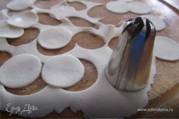 Мастику на цветы использую плотнее чем для покрытия торта, она далжна быть плотности как пластилин. Раскатываем мастику слоем примерно 2 мм, она не должна быть сильно тонкой, чтобы не рвалась при формировании цветка, но и не сильно толстой, чтобы роза была натуральней. Бурем стаканчик или любую круглую формочку ( она должа быть на пол сантиметра больше основы) и выдавливаем кружочки.