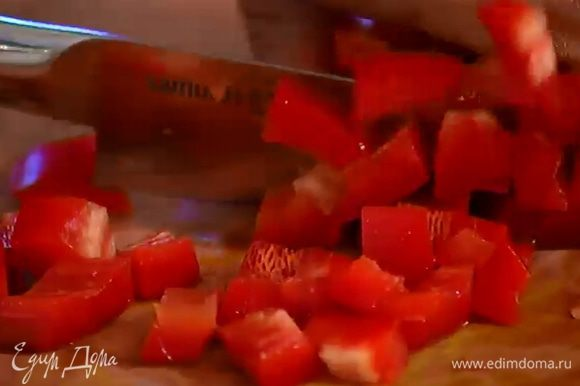 Со сладкого перца срезать кожицу (можно овощечисткой) и, удалив семена, нарезать мякоть небольшими кусочками.