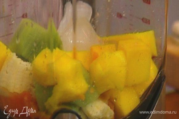 Все фрукты очистить от кожуры и поместить в блендер.