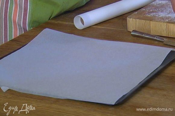 Застелить противень бумагой для выпечки.