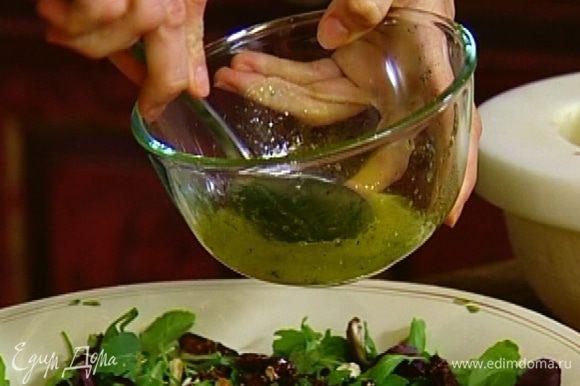 Полить половиной заправки салат и перемешать.