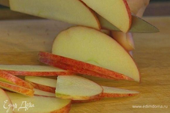 Так же порезать 1/3 яблока.