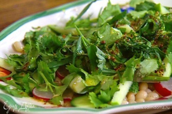 Кинзу крупно порубить ножом, тархун порвать руками и посыпать зеленью салат.
