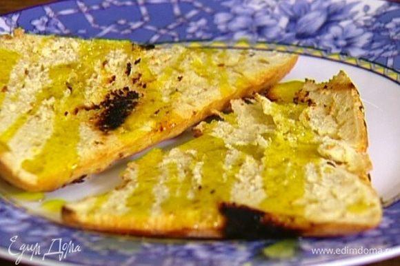 Горячий хлеб взбрызнуть оливковым маслом, дать ему впитаться.