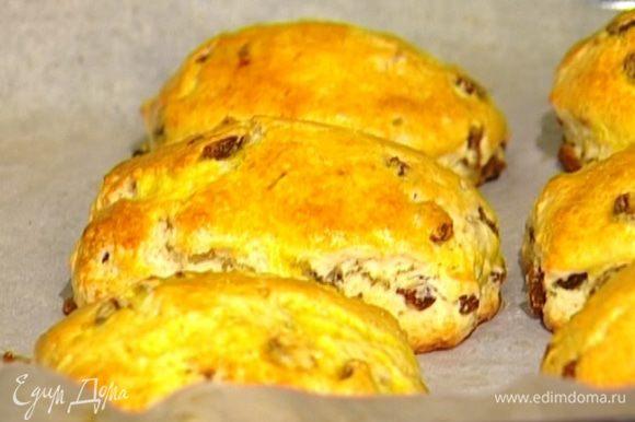 Противень застелить бумагой для выпечки, смазанной оливковым маслом. Выложить на него булочки, смазать их взбитым желтком и выпекать в разогретой духовке 20–25 минут.