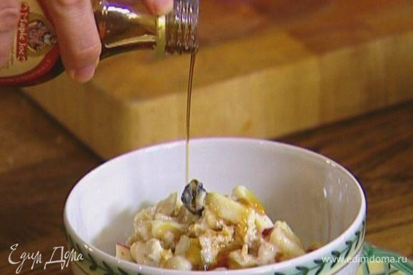 Разложить мюсли в пиалы и полить кленовым сиропом.