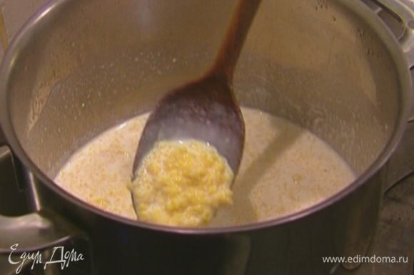 Залить кукурузную крупу молоком, накрыть кастрюлю крышкой и поставить набухать в теплое место, например в духовку, разогретую до 80‒90°С.