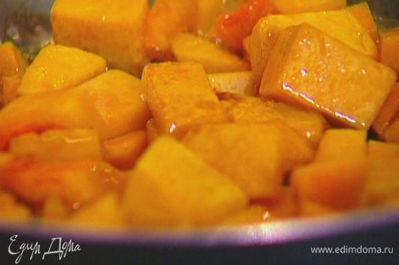 Разогреть в сковороде сливочное масло и обжарить тыкву до готовности.