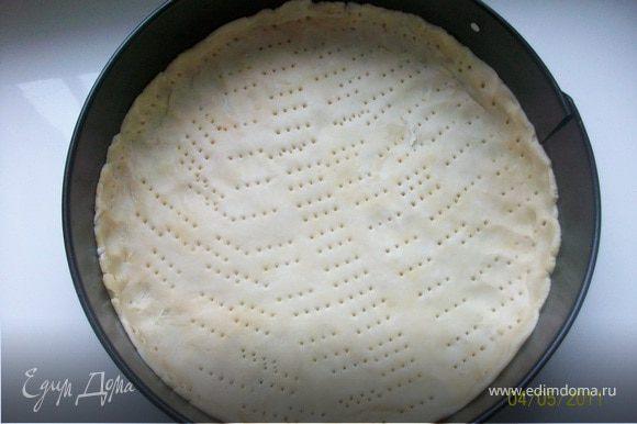 Форму диаметром 23-24 см. смазать сливочным маслом, выложить тесто, сдалать бортики, наколоть вилкой. Я запекла корж без начинки в течении 15 мин. в предварительно разогретой до 180°С духовке, что и вам сделать рекомендую.