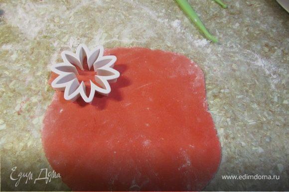 Стол посыпать сахарной пудрой или крохмаром. Раскатываем мастику и выдавливаем формочкий цветы. Или просто вырезаем ножничками (как в рецепте с ромашками http://www.edimdoma.ru/recipes/22007)