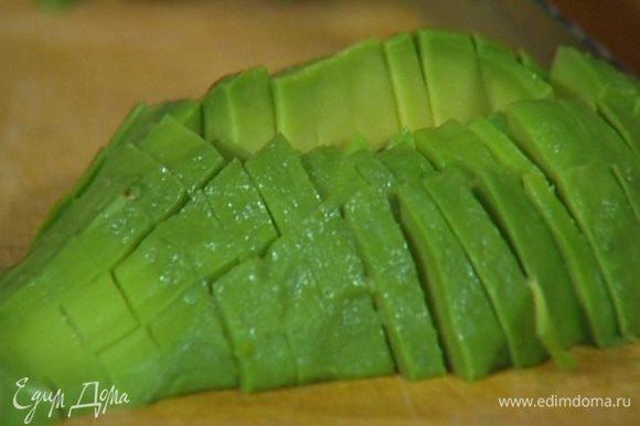 Авокадо почистить и, удалив косточку, мелко нарезать мякоть.