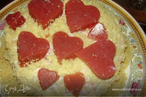 Сверху обильно обсыпаем торт крошкой мякоти из коржа.Выкладываем сердечки из желе и ставим в холодильник до утра .С любовью и радостью на утро к праздничному столу!