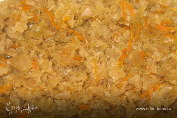 Тушить квашеную капусту до мягкости, где-то примерно 1,5 часа.