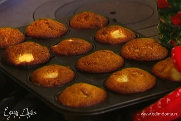 Поставить маффины в разогретую духовку на 15-20 минут.