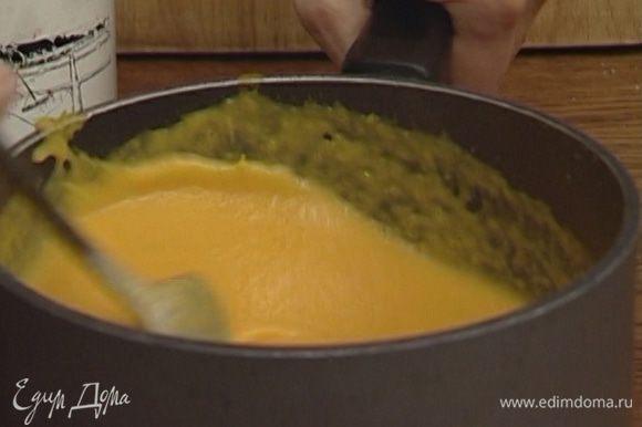 Влить сливки, посолить по вкусу, слегка прогреть. Подавать, украсив зеленью петрушки.