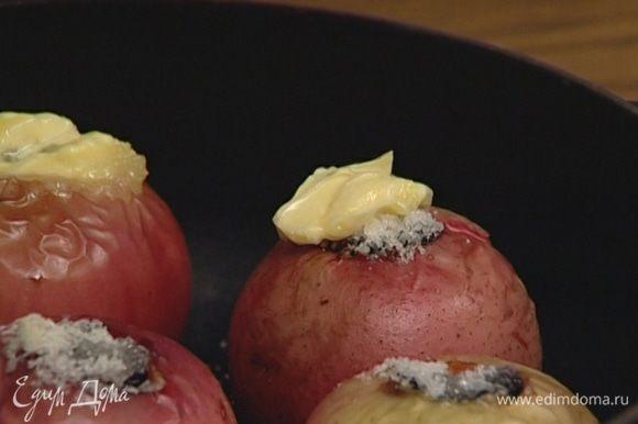 Полить еще раз каждое яблоко медом, положить сверху по 1 ч. ложке сливочного масла.