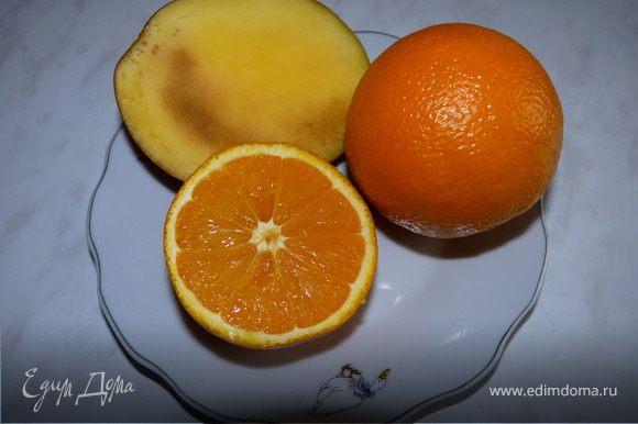 Сделать сок: Из апельсинов выжать сок. Манго очистить. В блендер вылить апельсиновый сок, добавить половинку манго, взбить.