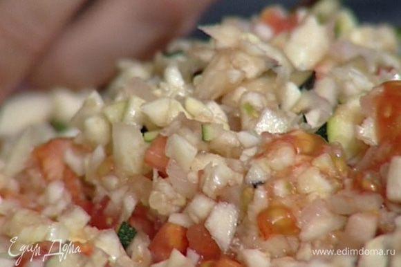 Мякоть всех овощей и 2 зубчика чеснока мелко порубить.