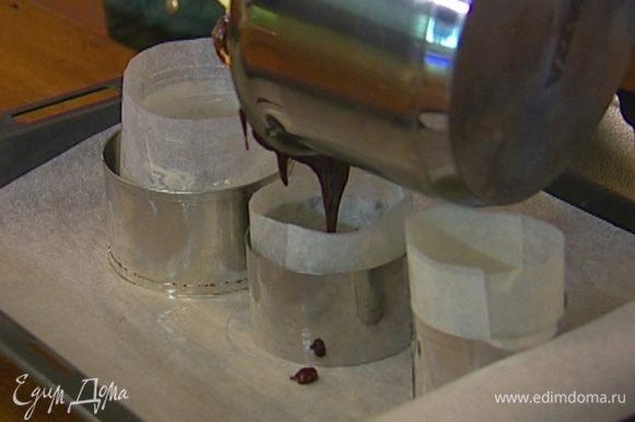 Ввести взбитые яйца в шоколадную массу, все перемешать, наполнить кольца для выпечки и отправить в разогретую духовку на 7 минут.
