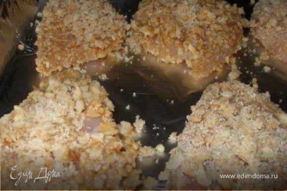 Куриные грудки окунать в кляр, потом в панировку и выкладывать на противень (противень заранее застелить фольгой, фольгу смазать оливковым маслом). Выпекать при температуре 200С приблизительно 15-20 мин.