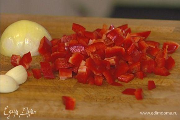 Перец, удалив семена, нарезать маленькими кубиками.