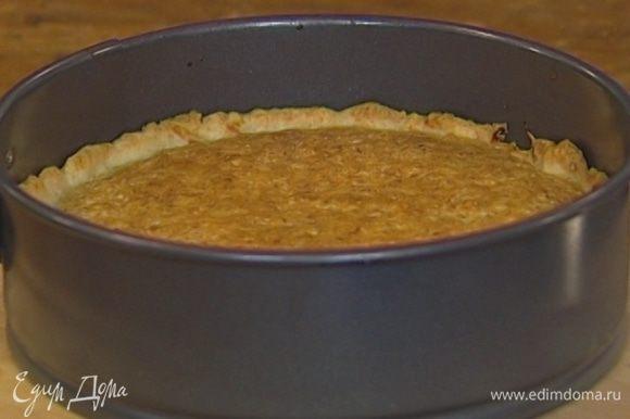 Тонким слоем намазать на корж малиновое варенье, сверху равномерно выложить миндальный крем и выпекать в разогретой духовке 25‒30 минут.