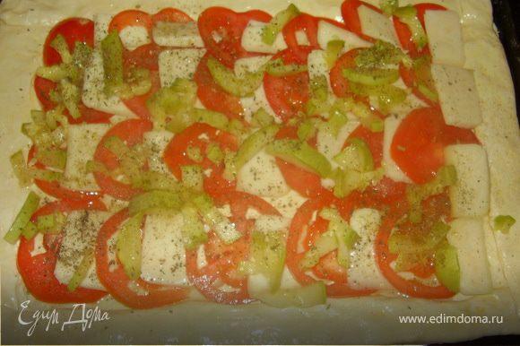 Кабачок нарезать соломкой и вложить сверху на помидоры и сыр.