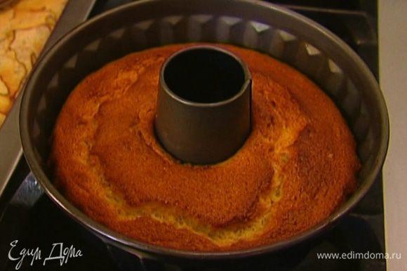 Форму для выпечки смазать оливковым маслом. Выложить тесто в форму и поставить в разогретую духовку на 45 минут. Прежде чем вынимать готовый бисквит из формы, дать ему постоять 10 минут.