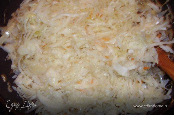 Пока тесто подходит нашинкует свежую капусту.Лук нарежем мелко,морковь на терку,припускаем на растительном масле,к ним добавляем свежую капусту.Когда свежая капуста станет мягкой и подрумянится,кладем квашеную капусту т тушим в глубокой сковороде до готовности.Присолить ,поперчить по вкусу.