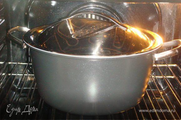 Пока мясо томится в духовке приготовить салат. У кинзы оборвать листочки, красную луковицу нарезать тоненькими полукольцами, добавить цедру и сок лайма, перемешать и дать настояться обязательно не менее 15 мин.