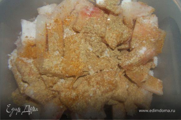 Рыбку режем на мелкие кубики, засыпаем приправы, соль и отправляем мариноваться на 2 часа.