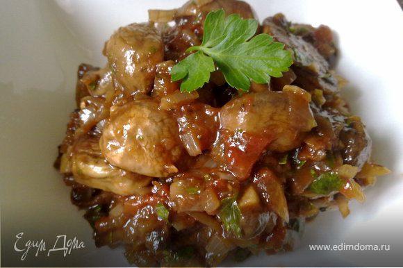 На сковороде порумянить шампиньоны (целые). Готовые грибы снять с огня и оставить в сковороде под крышкой. Лук и чеснок мелко нарезать, помидоры обдать кипятком и снять кожицу. Петрушку мелко порубить. Спассеровать лук и чеснок на оливковом масле, добавить бальзамический уксус и когда он увариться вдвое добавить рубленные помидоры, лавровый лист, тимьян. Посолить, поперчить, хорошо перемешать, убавить огонь и тушить соус не накрывая крышкой 25 мин. Снять кастрюлю с огня, выбросить лавровый лист и веточки тимьяна. Шампиньоны перемешать с соусом, остудить и поставить в холодильник на сутки. Выложить шампиньоны в салатницу, посыпав рубленной петрушкой, и подавайте.