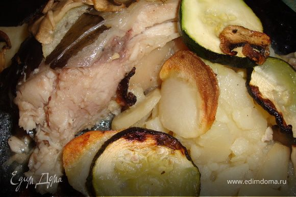 Поставить форму с рыбой в разогретую до 160-170 градусов духовку и запекать около часа. Подавать прямо в форме, в которой запекалась рыба. У нас был обычный ужин и я сразу же разложила рыбу по тарелкам.