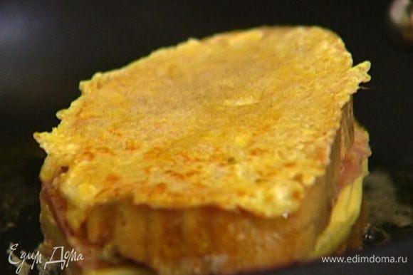 Разогреть в небольшой сковороде 1 ч. ложку оливкового и 1/2 ч. ложки сливочного масла и обжарить пропитанный яйцом бутерброд до золотистого цвета со всех сторон.
