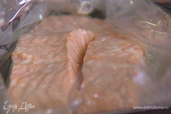 Семгу вымыть, обсушить салфеткой, затем поместить в рукав для запекания, скрепить концы рукава, уложить на противень и отправить в разогретую духовку на 7–10 минут.