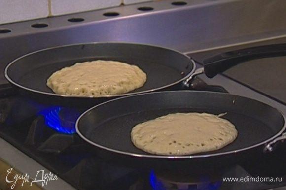 Когда тесто подойдет, разогреть в сковороде небольшое количество оливкового масла и напечь небольших блинчиков, чуть больше оладий по размеру.